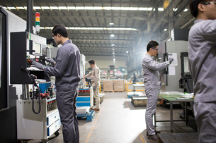 Confident engineers working in the factoryの写真素材 [FYI02230413]