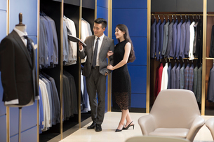 Suits on display in menswear shopの写真素材 [FYI02230444]