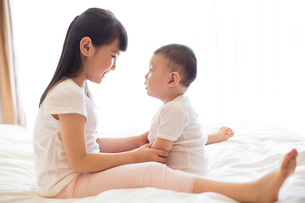 Little girl and baby boyの写真素材 [FYI02230459]