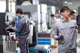 Confident engineers working in the factoryの写真素材 [FYI02230476]