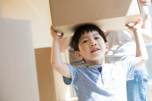 Happy young Chinese family moving to a new houseの写真素材 [FYI02230486]