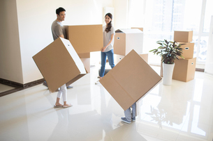 Happy young Chinese family moving to a new houseの写真素材 [FYI02230489]