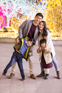 Portrait of cheerful young Chinese familyの写真素材 [FYI02230492]