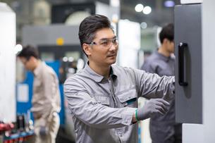 Confident engineers working in the factoryの写真素材 [FYI02230507]