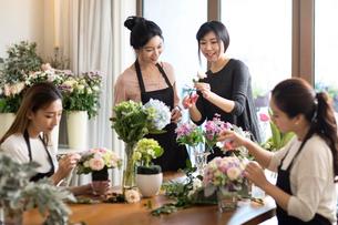 Young women learning flower arrangementの写真素材 [FYI02230512]