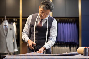 Confident Chinese fashion designer workingの写真素材 [FYI02230543]