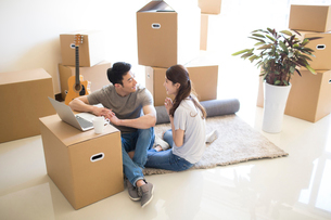Happy young Chinese couple moving to a new houseの写真素材 [FYI02230551]