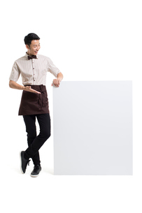 Young Chinese waiter showing a whiteboardの写真素材 [FYI02230565]
