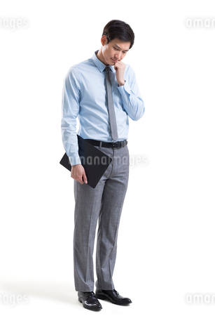 Worried young Chinese businessmanの写真素材 [FYI02230569]