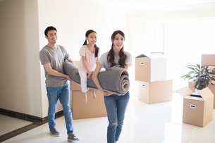 Happy young Chinese family moving to a new houseの写真素材 [FYI02230580]