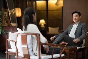 Cheerful Chinese businessman talking with a womanの写真素材 [FYI02230591]