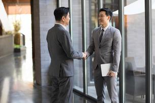 Cheerful Chinese businessmen shaking handsの写真素材 [FYI02230646]