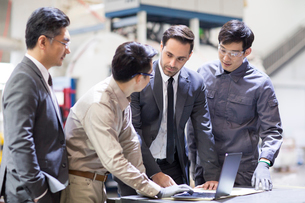 Businessmen and engineers talking in the factoryの写真素材 [FYI02230681]