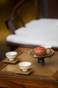 Tea cups and tea pot in tea roomの写真素材 [FYI02230689]