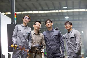 Confident engineering team in the factoryの写真素材 [FYI02230753]