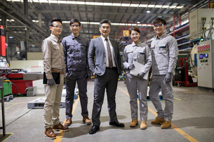 Confident businessman and engineering team in the factoryの写真素材 [FYI02230759]