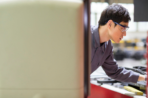 Young engineer working in the factoryの写真素材 [FYI02230766]