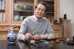 Senior man admiring antiquesの写真素材 [FYI02230767]