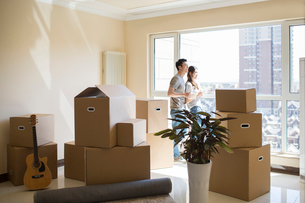 Happy young Chinese couple moving to a new houseの写真素材 [FYI02230776]