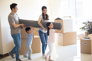Happy young Chinese family moving to a new houseの写真素材 [FYI02230782]