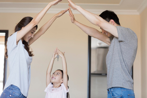 Happy young Chinese family holding keys in their new houseの写真素材 [FYI02230785]