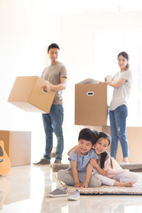 Happy young Chinese family moving to a new houseの写真素材 [FYI02230835]
