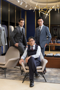 Confident Chinese fashion designer and businessmenの写真素材 [FYI02230844]
