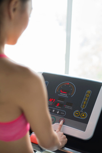 Young woman exercising on treadmill in gymの写真素材 [FYI02230856]