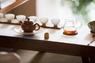 Tea pot and tea cups in tea roomの写真素材 [FYI02230873]