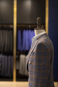 Suits on display in menswear shopの写真素材 [FYI02230896]