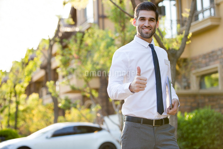 Confident businessman doing thumbs upの写真素材 [FYI02230897]