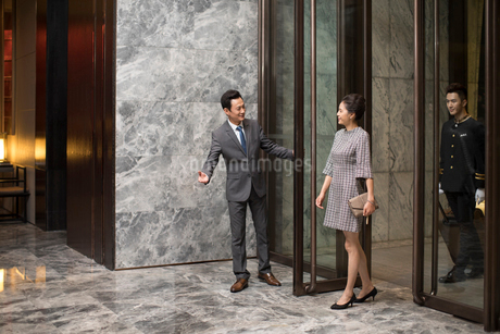 Professional service in luxury hotelの写真素材 [FYI02230922]