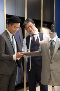 Chinese fashion designer showing customer business suitの写真素材 [FYI02230925]