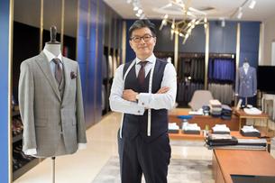 Portrait of confident Chinese fashion designerの写真素材 [FYI02230934]