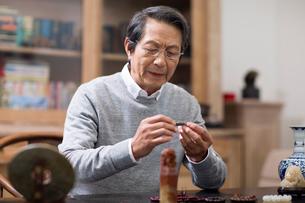 Senior man admiring antiquesの写真素材 [FYI02230936]