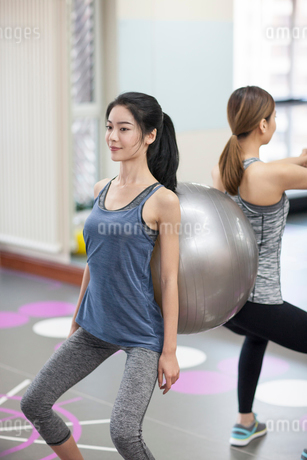 Young women exercising at gymの写真素材 [FYI02230938]