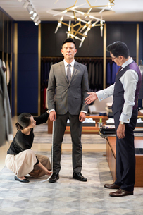 Chinese fashion designer taking measurement of customerの写真素材 [FYI02230942]