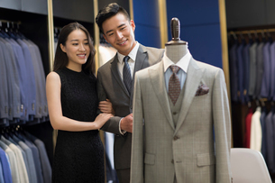 Young Chinese couple shopping in a men's wear storeの写真素材 [FYI02230944]