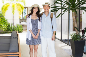Happy young Chinese couple on vacationの写真素材 [FYI02230946]