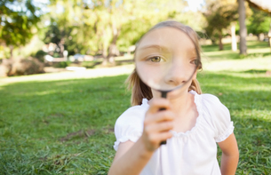 Girl outside with magnifying glassの写真素材 [FYI02230947]