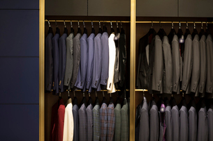 Suits on display in menswear shopの写真素材 [FYI02230962]
