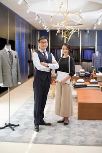 Portrait of confident Chinese fashion designersの写真素材 [FYI02230963]