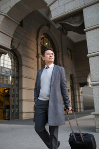 Confident Chinese businessman travellingの写真素材 [FYI02230978]