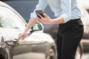 Young businessman opening car doorの写真素材 [FYI02231018]
