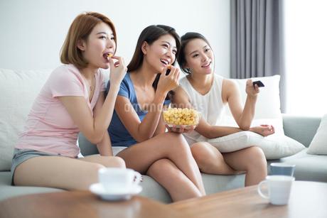Best female friends watching TVの写真素材 [FYI02231033]