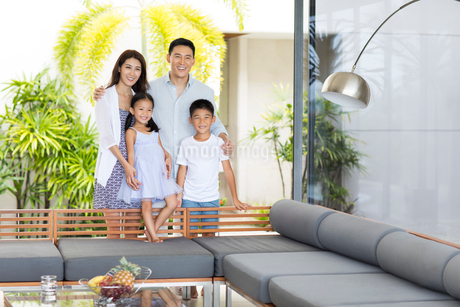 Happy young Chinese family on vacationの写真素材 [FYI02231050]