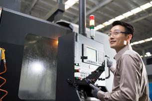 Confident engineer working in the factoryの写真素材 [FYI02231127]