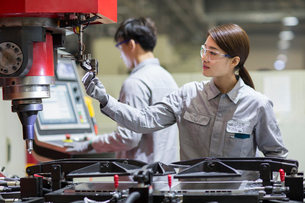Young engineers working in the factoryの写真素材 [FYI02231141]