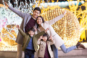 Portrait of cheerful young Chinese familyの写真素材 [FYI02231151]