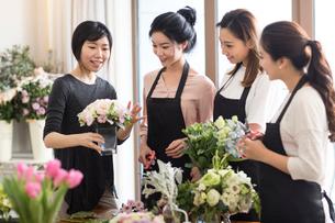 Young women learning flower arrangementの写真素材 [FYI02231155]